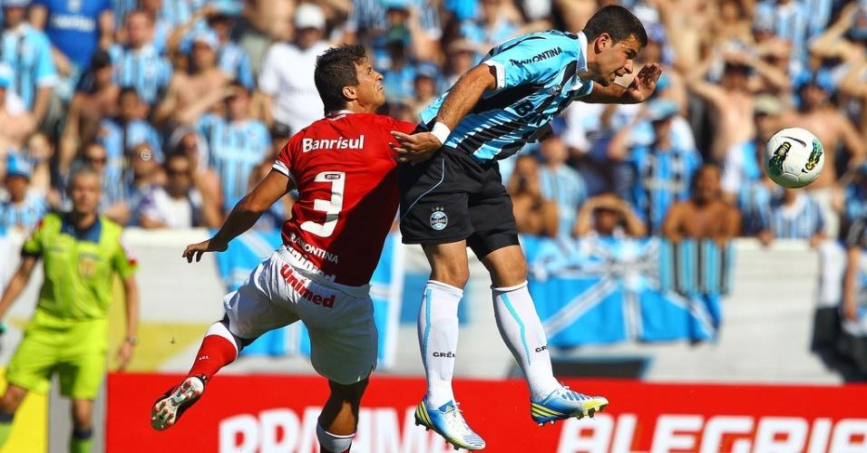 Zagueiro Índio do Inter e o centroavante André Lima do Grêmio no Gre-Nal de despedida do estádio Olímpico (02/12/12)
