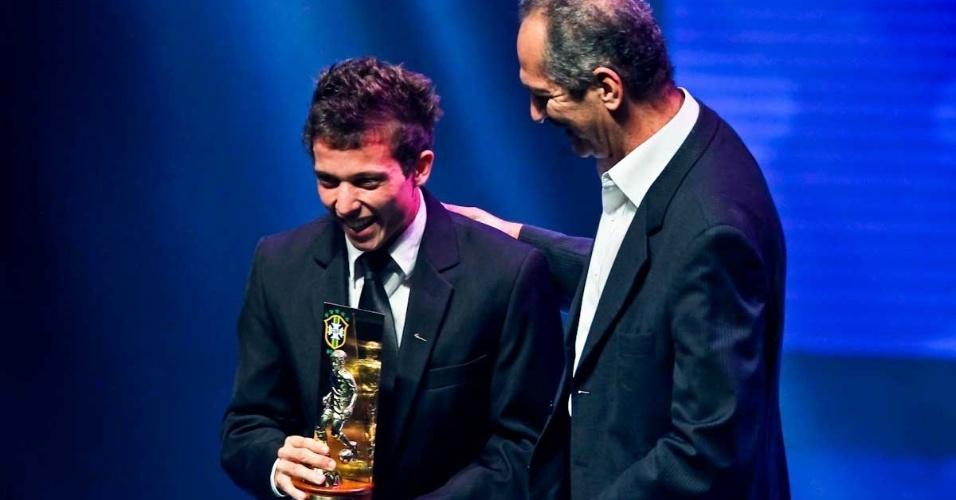 03.dez.2012 - Bernard, meia do Atlético-MG, recebe o troféu de revelação no Prêmio do Brasileirão