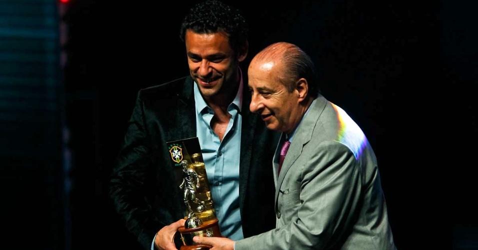 03.dez.2012 - Fred, atacante do Fluminense, recebeu o troféu de Craque do Brasileirão das mão de Marco Polo Del Nero