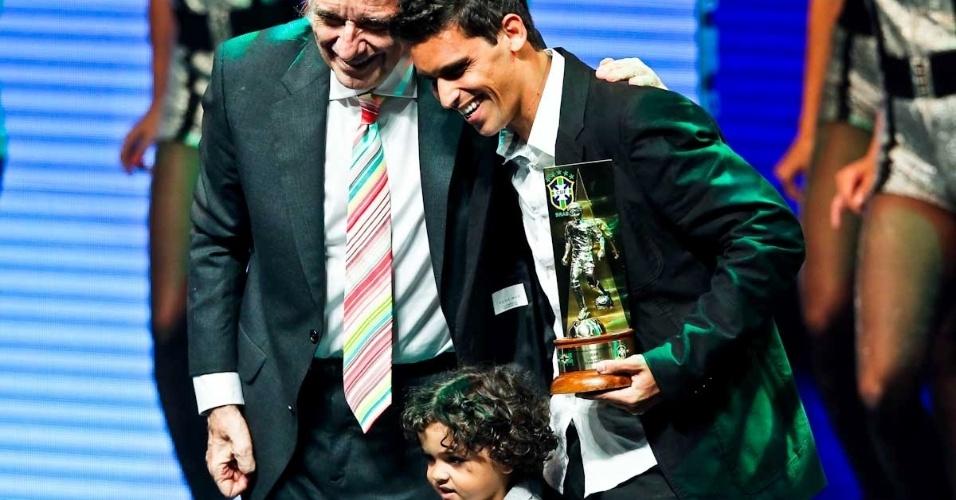 03.dez.2012 - Jean, do Fluminense, recebeu o troféu no Prêmio do Brasileirão com o seu filho após ter sido eleito por jornalistas um dos melhores volantes do campeonato