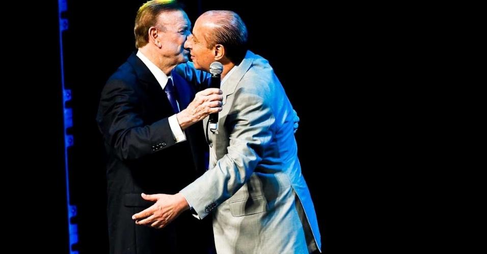 03.dez.2012 - José Maria Marin (esq.) cumprimenta Marco Polo Del Nero na cerimônia do Prêmio do Brasileirão