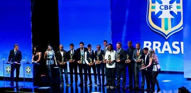 Os melhores jogadores de cada posição posam para foto após receber troféu no Prêmio do Brasileirão, em 2012