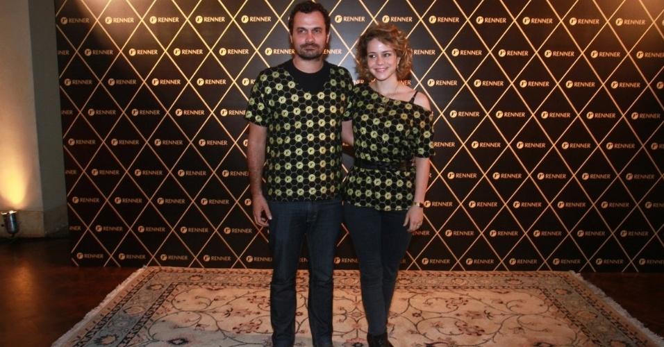 2.dez.12 - O casal Alê Youssef e Leandra Leal vai junto ao camarote do patrocinador do show da Madonna, no Rio