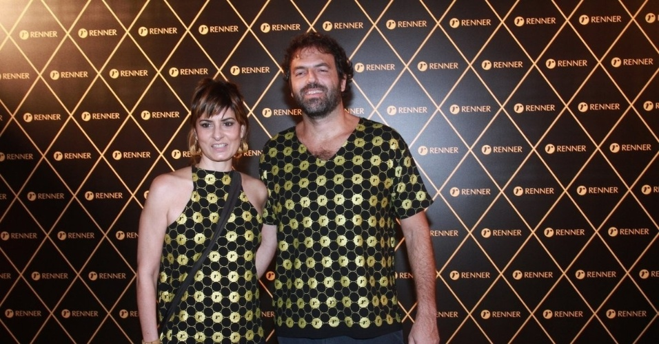 2.dez.12 - O casal Fernanda Abreu e Tuto Ferraz vai junto ao camarote do patrocinador do show da Madonna, no Rio
