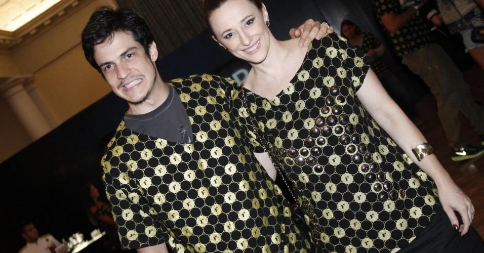 2.dez.12 - O casal Mateus Solano e Paula Braun vai junto ao camarote do patrocinador do show da Madonna, no Rio