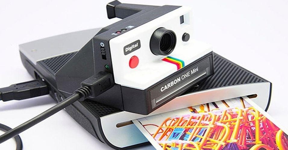 3.dez.2012 - A câmera One Mini, da Carbon, alia o design retrô com recursos modernos. O equipamento possui 5 megapixels, compartibilidade com cartão SD, pode ser usada como webcam e pesa 59 gramas. O produto está disponível nas cores preto, branco e rosa por US$ 125 (cerca de R$ 250) na loja Peek