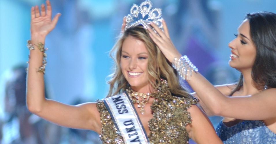 Jennifer Hawkins, Miss Austrália, de Sydney, é coroada por Amelia Vega, Miss Universo 2003, durante o Miss Universo 2004