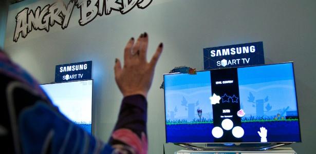 Jornalistas testam a Samsung Smart TV (televisor inteligente) durante evento