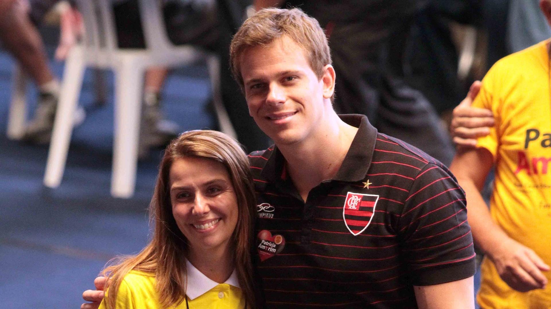 03.dez.2012 Nadador Cesar Cielo posa com a presidente Patrícia Amorim durante as eleições do Flamengo