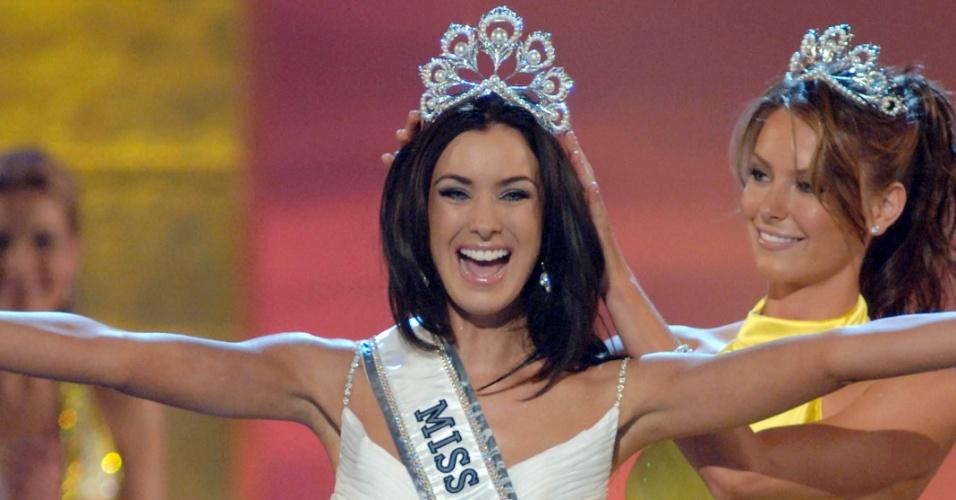 Natalie Glebova, Miss Canadá 2005, de Toronto, reage enquanto Jennifer Hawkins, Miss Universo 2004, a coroa como Miss Universo 2005