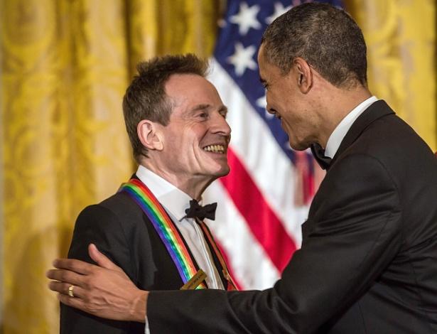 O baixista John Paul Jones, do Led Zeppelin, recebe premiação do Centro Kennedy das mãos do presidente americano Barack Obama (2/12/12) - EFE