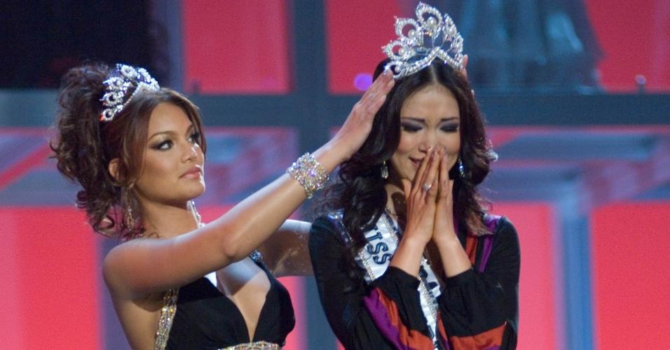 Ryo Mori é coroada pela Miss Universo 2006, Zuleyka Mendoza, na final do Miss Universo 2007