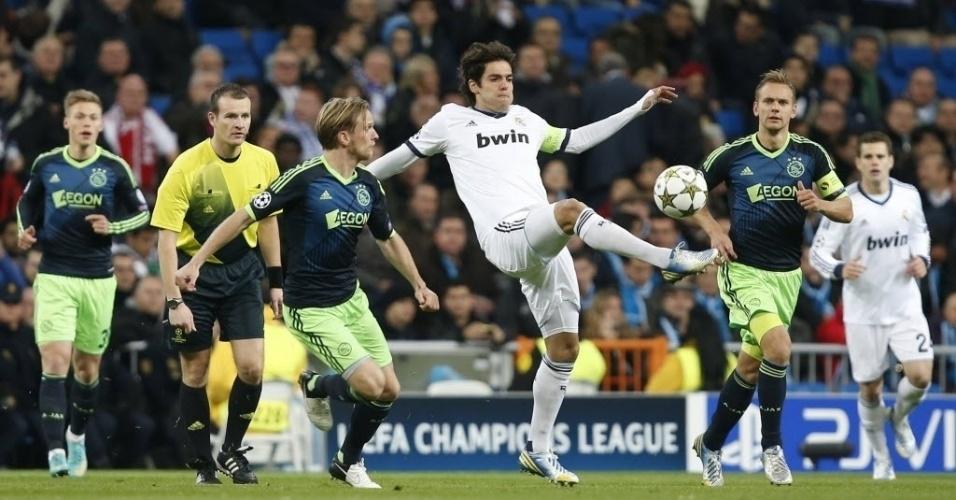04.dez.2012 - Kaká (centro), jogando como titular e capitão do Real Madrid, disputa a bola com Christian Poulsen, do Ajax, em partida do grupo D da Liga dos Campeões