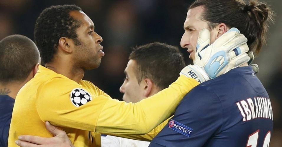 04.dez.2012 - Helton, goleiro brasileiro do Porto que falhou em um dos gols, abraça Zlatan Ibrahimovic, do PSG, após partida da Liga dos Campeões