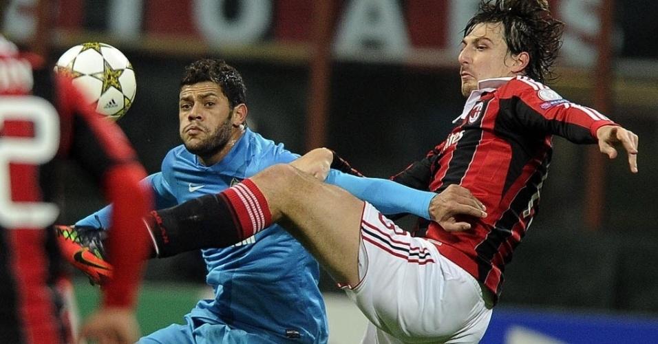04.dez.2012 - Hulk, atacante brasileiro do Zenit, disputa a bola com Acerbi, do Milan, em partida da Liga dos Campeões