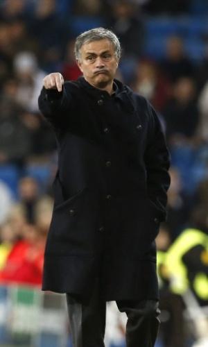 04.dez.2012 - José Mourinho, treinador do Real Madrid, gesticula durante a partida contra o Ajax, no estádio Santiago Bernabéu, na Espanha, pela Liga dos Camepões