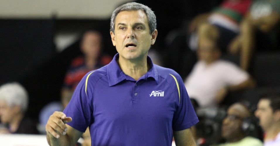 04.dez.2012 - José Roberto Guimarães, técnico do Vôlei Amil, orienta sua equipe durante o jogo contra o Sesi