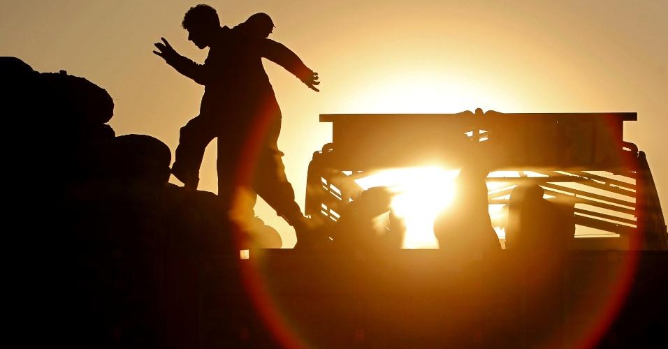 04.dez.2012 - Operários trabalham em um local de despejo de carvão fora de Cabul, no Afeganistão