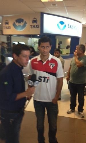04.dez.2012 - Paulo Henrique Ganso atende a imprensa na chegada da delegação do São Paulo à Argentina na véspera da final da Copa Sul-Americana