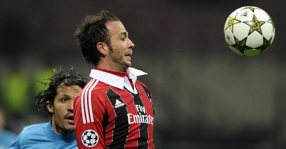 04.dez.2012 - Pazzini, atacante do Milan, tenta dominar a bola na derrota por 1 a 0 de sua equipe diante do Zenit, da Rússia