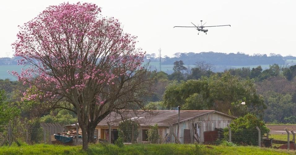 04.nov.2012 - Avião não tripulado realiza sobrevoô em Santa Rosa (RS) durante operação militar em 2011