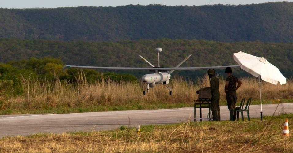 04.nov.2012 - Avião não tripulado decola de base militar no Rio Grande do Sul: equipamento auxiliará na segurança da Copa do Mundo de 2014