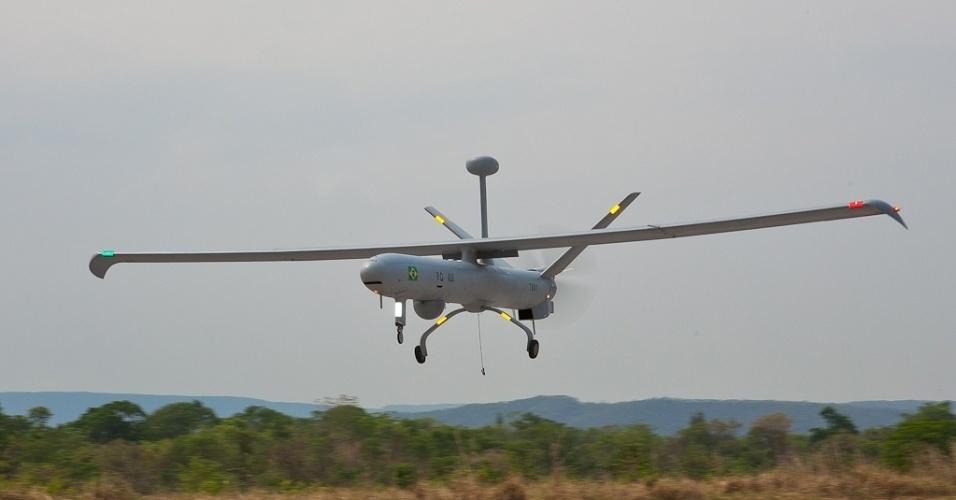 04.nov.2012 - Avião não tripulado pousa em base militar no Rio Grande do Sul: equipamento auxiliará na segurança da Copa do Mundo de 2014