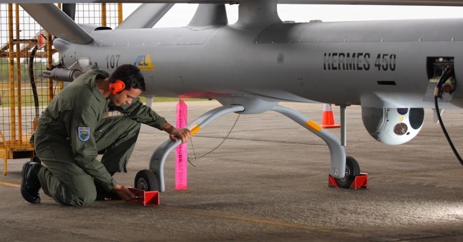 04.nov.2012 - Militar da Aeronáutica inspeciona aeronave não tripulada antes da decolagem, em base no Rio Grande do Sul: equipamento auxiliará na segurança da Copa do Mundo de 2014