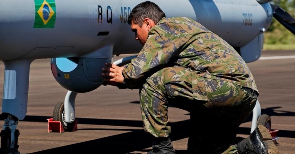 04.nov.2012 - Militar da Aeronáutica inspeciona equipamentos de filmagem de aeronave não tripulada antes da decolagem, em base no Rio Grande do Sul: equipamento auxiliará na segurança da Copa do Mundo de 2014