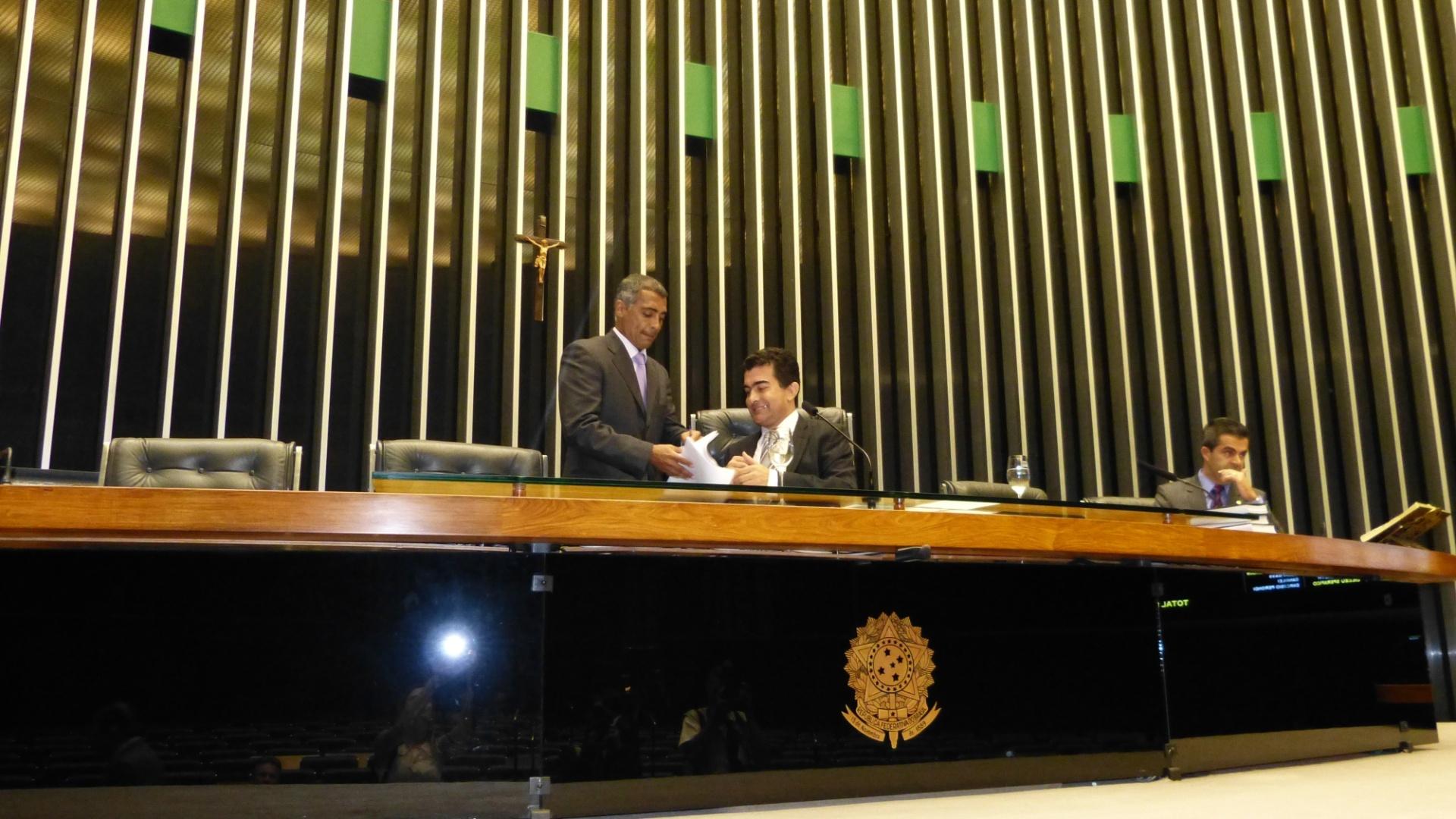 04.nov.2012 - O deputado federal Romário (à esq.), do PSB-RJ, colhe a primeira assinatura abertura da CPI da CBF, do deputado Marçal Filho (PMDB-MS)