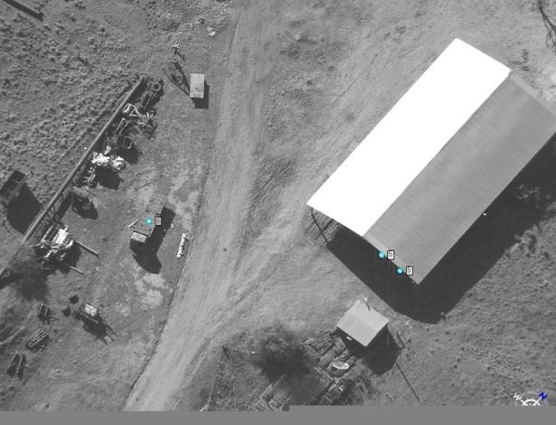 04.nov.2012 -Imagens capturadas por avião não tripulado mostram movimentação suspeita de veículos em um galpão na fronteira do Brasil com a Argentina, em 2011
