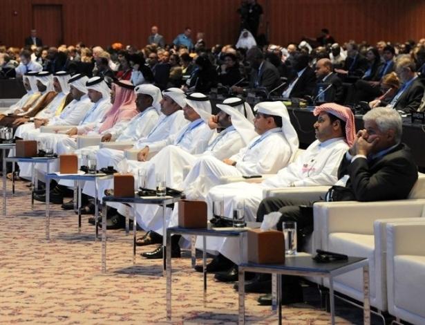26.nov.2012 - Chefes e representantes de delegações árabes sentaram-se na área reservada durante a abertura da COP 18, a cúpula do clima da ONU (Organização das Nações Unidas)