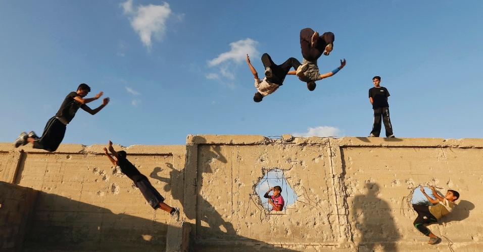 3.dez.2012 - Crianças palestinas brincam em muro de Khan Younis, ao sul da Faixa de Gaza
