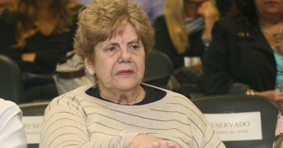 4.dez.2012 - A mãe da juíza Patrícia Acioli comparece ao julgamento do cabo Sérgio Costa Júnior, réu confesso no assassinato da juíza, morta em agosto de 2011