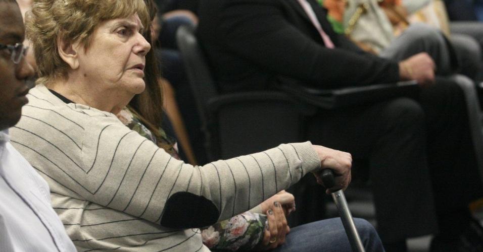 4.dez.2012 - A mãe da juíza Patrícia Acioli, Marly Acioli, acompanha o julgamento do cabo Sérgio Costa Júnior, réu confesso no assassinato da juíza, morta em agosto de 2011 em Niterói (RJ)