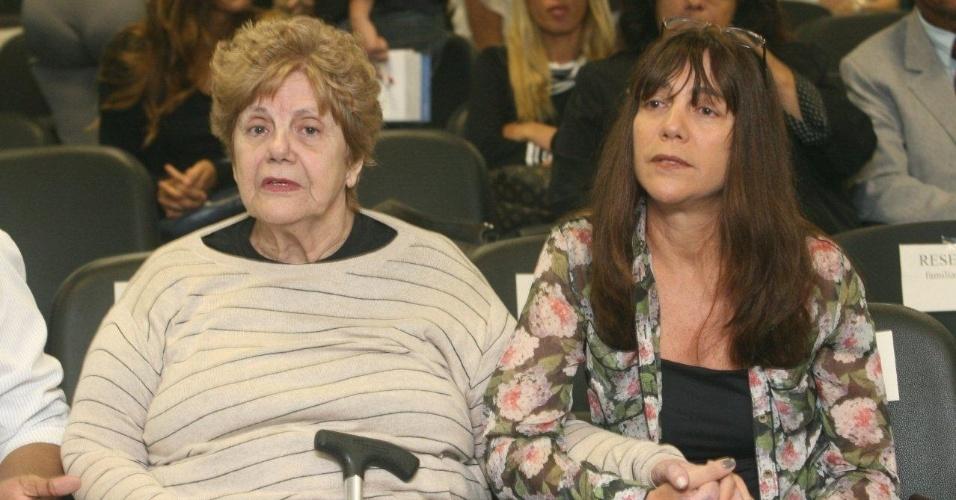 4.dez.2012 - A mãe (esq.) e a irmã da juíza Patrícia Acioli comparecem ao julgamento do cabo Sérgio Costa Júnior, réu confesso no assassinato da juíza, morta em agosto de 2011