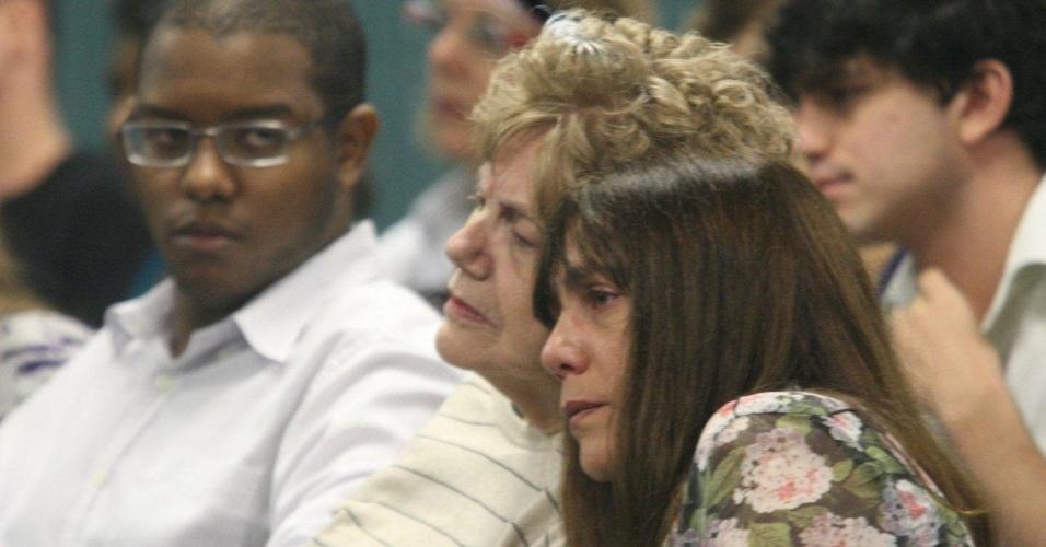 4.dez.2012 - A mãe, Marly Acioli (à esq.), e a irmã, Simone, da juíza Patrícia Acioli acompanham o julgamento do cabo Sérgio Costa Júnior, réu confesso do assassinato da juíza, morta em agosto de 2011 em Niterói (RJ)