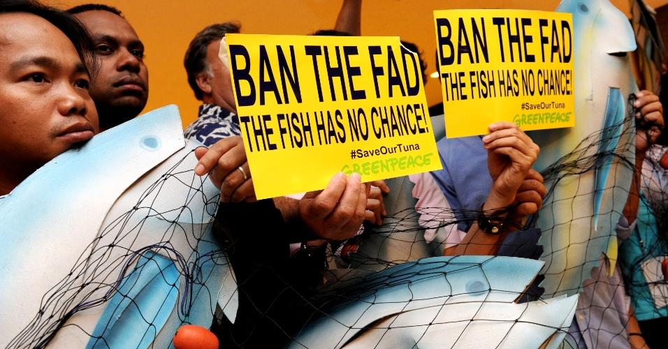 4.dez.2012 - Ativistas do Greenpeace realizam um protesto durante a nona sessão da Comissão Pesqueira do Pacífico Central e Ocidental, realizada em Manila, Filipinas, nesta terça-feira (4). Os manifestantes pedem o banimento da pesca com Fads, grandes iscas artificiais que atraem peixes de alta profundidade, como espécies de atuns como albacora-bandolim e albacora-laje, supostamente ameaçadas em detrimento da pesca por captura