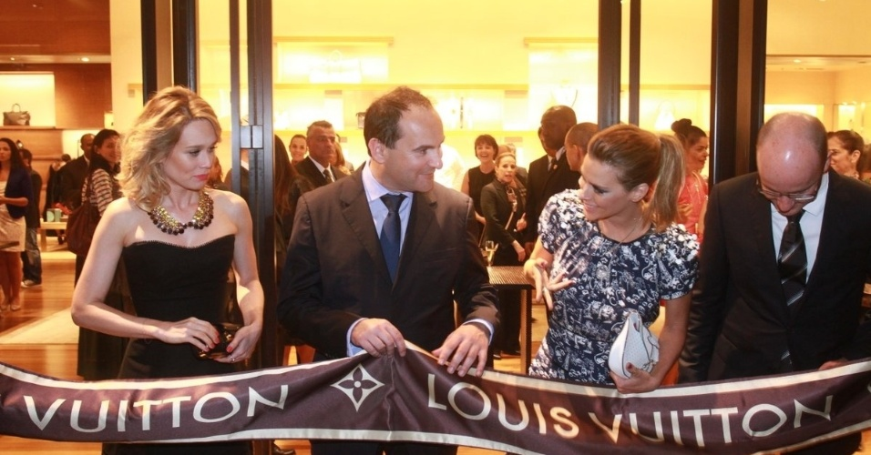 4.dez.2012 - Carolina Dieckmann e Mariana Ximenes inauguram loja da Luis Vuitton em shopping da Barra da Tijuca, Rio de Janeiro