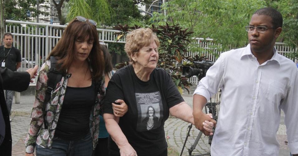 4.dez.2012 - Familiares chegam a fórum em Niterói (RJ) onde é julgado o cabo Sérgio Costa Júnior, réu confesso no assassinato da juíza Patrícia Acioli, morta em agosto de 2011