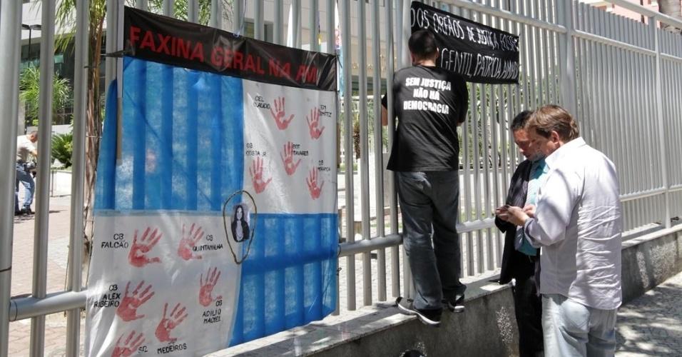4.dez.2012 - Familiares da juíza Patrícia Acioli realizam uma manifestação, nesta terça-feira, na porta do fórum de Niterói (RJ), durante intervalo do julgamento do cabo Sérgio Costa Júnior, réu confesso no assassinato da juíza