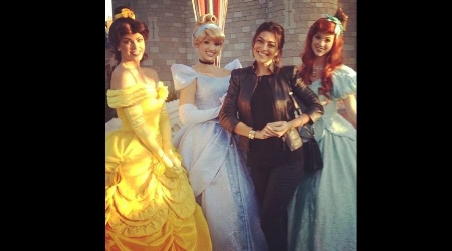 4.dez.2012 - Juliana Paes tietou as princesas do parque da Disney, EUA. A atriz está viajando com a família e rumores apontam que ela está grávida do segundo filho
