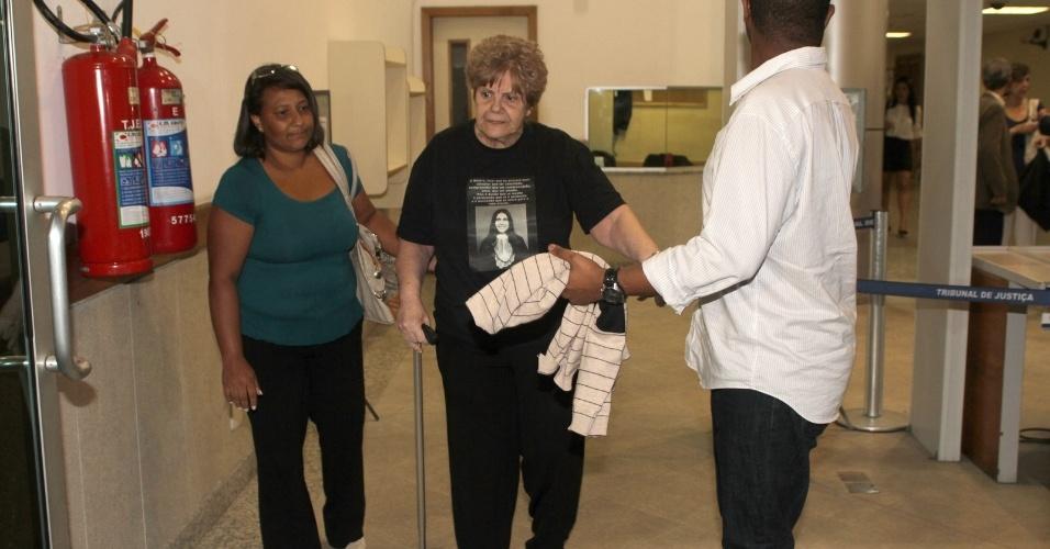 4.dez.2012 - Marly Acioli, 75, mãe da juíza assassinada Patrícia Acioli, deixa o fórum de Niterói (RJ) depois do fim do julgamento do policial militar Sérgio Costa Júnior, réu confesso no assassinato da juíza em agosto de 2011. O cabo foi condenado a 21 anos de prisão