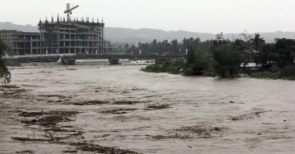 4.dez.2012 - Nível da água de rio aumenta consideravelmente após a passagem do tufão Bopha, que atingiu o sul das Filipinas
