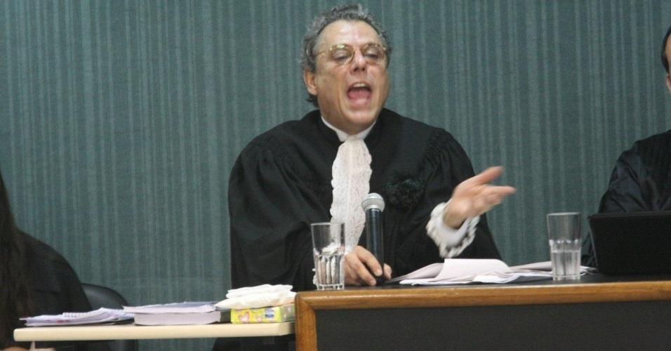 4.dez.2012 - O advogado da família da juíza Patrícia Acioli, Décio Lins e Silva, fala durante julgamento do cabo Sérgio Costa Júnior, réu confesso no assassinato da juíza, morta em agosto de 2011 em Niterói (RJ)