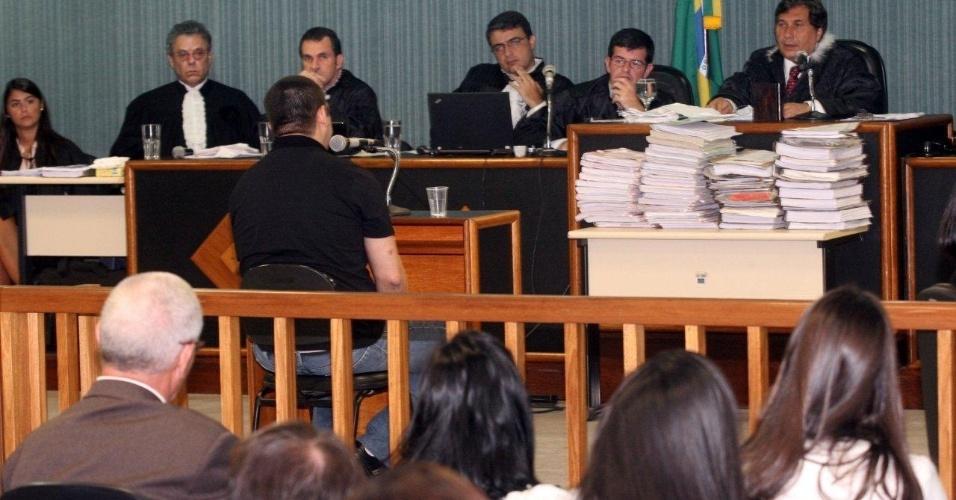 4.dez.2012 - O cabo Sérgio Costa Júnior (de costas, ao centro), réu confesso no assassinato da juíza Patricia Acioli, é julgado em fórum de Niterói (RJ). A juíza era conhecida no município por adotar uma postura combativa contra maus policiais