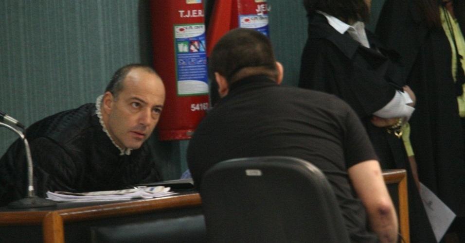4.dez.2012 - O cabo Sérgio Costa Júnior (de costas), réu confesso no assassinato da juíza Patricia Acioli, é julgado em fórum de Niterói (RJ)