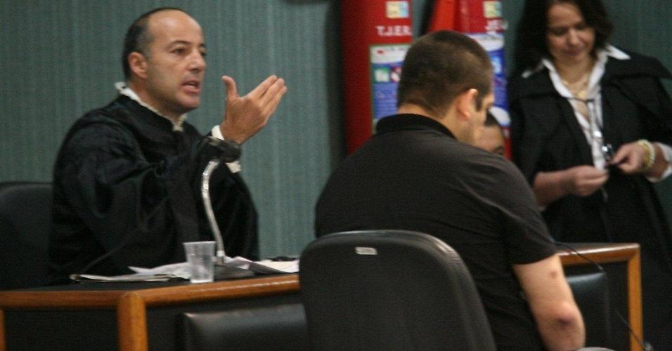 4.dez.2012 - O cabo Sérgio Costa Júnior (dir.), réu confesso no assassinato da juíza Patrícia Acioli, é julgado em fórum de Niterói (RJ)