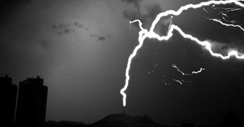 4.dez.2012 - O Pico do Jaraguá, local de São Paulo que fica a 1.135 metros acima do nível do mar, registra em outubro um número maior de raios ascendentes - descargas que partem do solo e se propagam em direção à nuvem de tempestade - do que ocorre durante todo o ano no Empire State Building, em Nova York, nos Estados Unidos. A observação foi feita pelo Grupo de Eletricidade Atmosférica do Inpe (Instituto Nacional de Pesquisas Espaciais) durante os primeiros dez meses de 2012, ano em que foi detectado pela primeira vez esse tipo de descarga atmosférica no Brasil