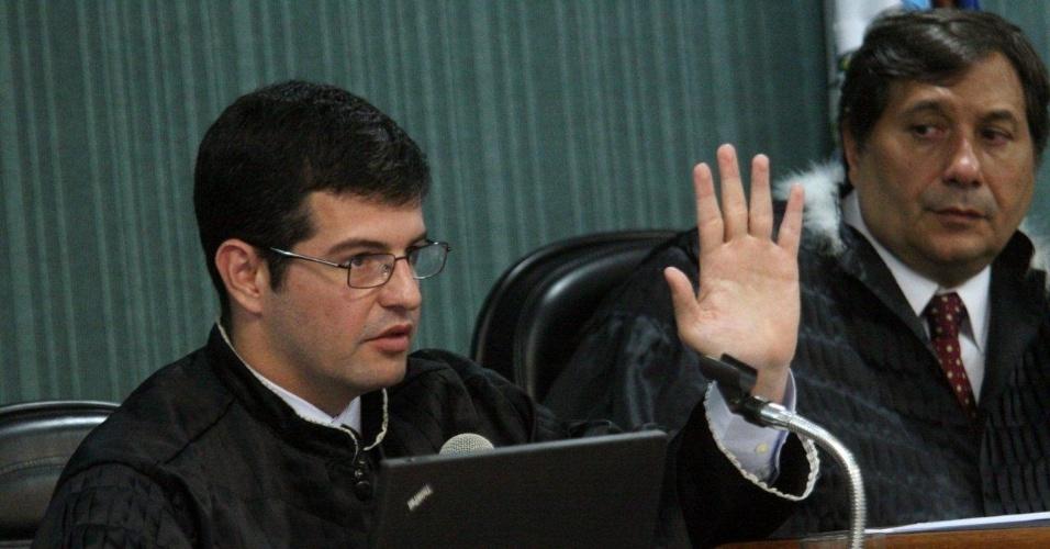 4.dez.2012 - O promotor Leandro Navega participa do julgamento do cabo Sérgio Costa Júnior, réu confesso no assassinato da juíza, morta em agosto de 2011 em Niterói (RJ)